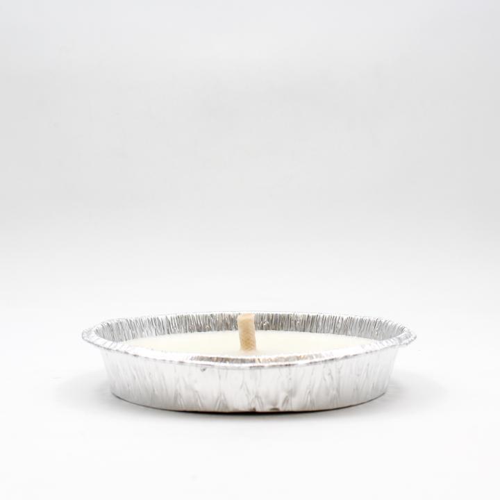 Candela bianca alla citronella con piatto in alluminio